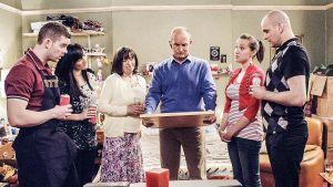 Steve, Becky, Beckyn vanhemmat Jill ja Nigel sekä Beckyn sisko Laura ja tämän kihlattu Paul katsovat Nigelin käsissään pitämää taulua.