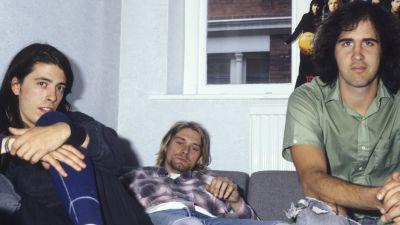 Dave Grohl, Kurt Cobain och Krist Novoselic på soffa i London 1991.