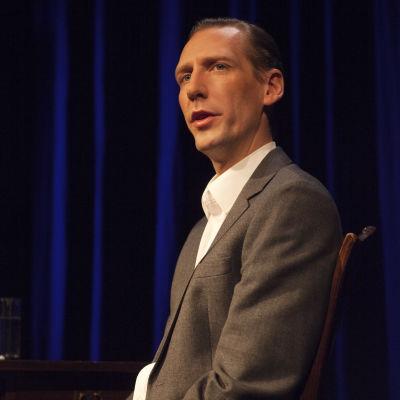 Lågmält på scen, intensivt i text. Pekka Strang ger röst åt lantmätarens historia så  att tid och rum försvinner.