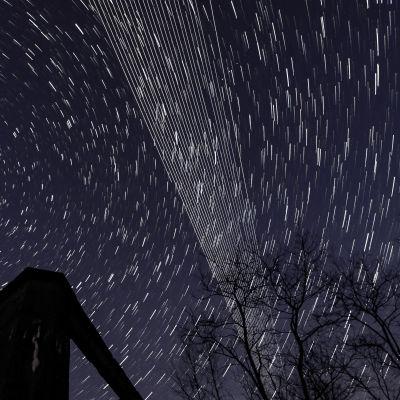 Starlink-satelliter ovanför Ungern i april 2020. Fotot är en kombination av flera bilder med lång exponeringstid.