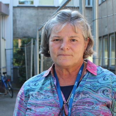 kvinna framför sjukhus