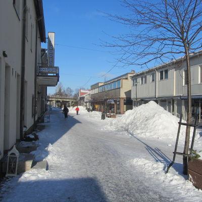 Berggatan i Hangö en snöig och solig dag.