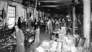 Amerika-emigranter på jobb på ett metallsliperi i Amerika år 1913