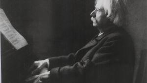 Edvard Grieg vid pianot