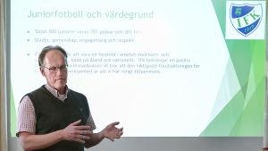 IFK Mariehamns ordförande Dan Mikkola lägger ut texten i samband med presskonferens 12 maj 2020.