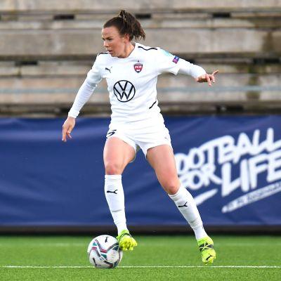 Jessica Wik spelar fotboll.