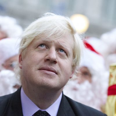 Boris Johnson takanaan joulupukkeja.