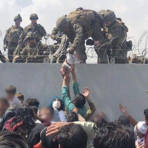 Lasta nostetaan muurin yli.