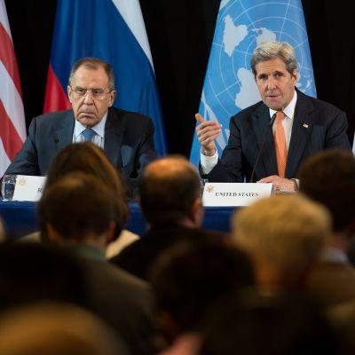 Venäjän ulkoministeri Sergei Lavrov, Yhdysvaltain ulkoministeri John Kerry ja YK:n Syyria-lähettiläs Staffan de Mistura lehdistötilaisuudessa Münchenin neuvottelujen jälkeen.