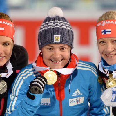 Kaisa Mäkäräinen och Jekaterina Jurlova med sina medaljer, VM 2015.