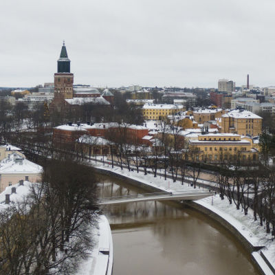 Ilmakuva Aurajoen päältä Turun tuomiokirkolle päin.
