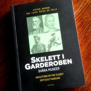 """Pärmen till Stefan Bohmans och Ana Luiza Rocha do Valles bok """"Skelett i garderoben - svåra museer""""."""