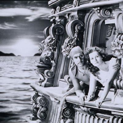 Musta joutsen. Jamie Jamie-Boy Waring (Tyrone Power) ja Lady Margaret Denby (Maureen OHara). Yle Kuvapalvelu.