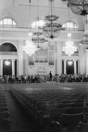 Radion sinfoniaorkesteri ensimmäisellä Leningradin-matkallaan 1963. Paavo Berglund johtaa harjoituksia Filharmonian salissa.