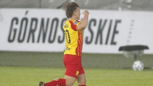 Petteri Forsell firar mål med armarna i luften.