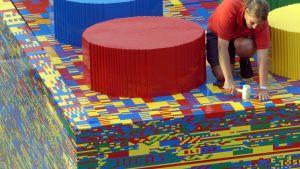Man bygger jättelegokloss av legoklossar.