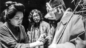 Ohjaaja Nagisa Oshima (keskellä) elokuvan Aistien valtakunta kuvauksissa