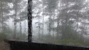 Regnet öser ner i Houtskär