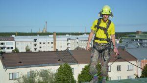 Antti Tervo står vid takkanten av ett sjuvåningshus i Vasa.