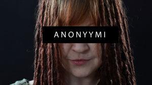naisen kasvot, joiden päällä sana anonyymi