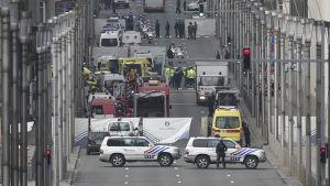 Polis avspärrar område vid metrostation i Bryssel.