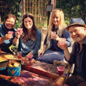 Elisabeth Morney, Camilla Forsén-Ström,  Alexandra De Paoli och Owe Salmela dricker smoothie