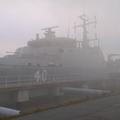 minfartyget Katanpää står förtöjd en dimmig morgon vid hamnen i Pansio.