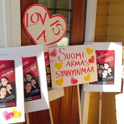 Demonstartionsplakat på en veranda.