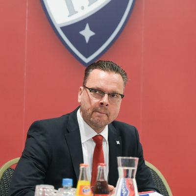 Tom Nybondas under en presskonferens.