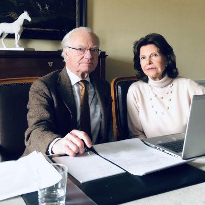 Kungen och Drottningen deltar i ett videosamtal via laptop.