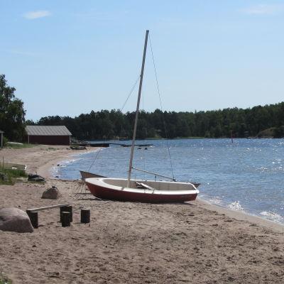 En segelbåt på stranden vid Sjömansro i Lappvik.