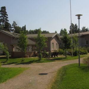 En samling hus med ett grönområde i mitten.