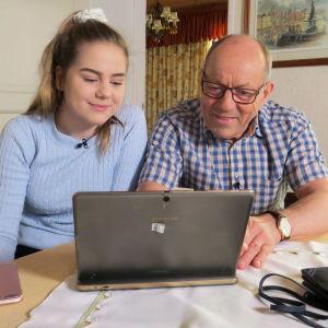 Emilia Tolonen neuvoo isoisälleen Anatoli Korelinille, kuinka Twitteriin mennään.