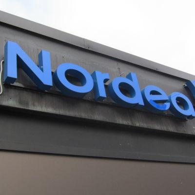 Nordeas skylt vid ett kontor.
