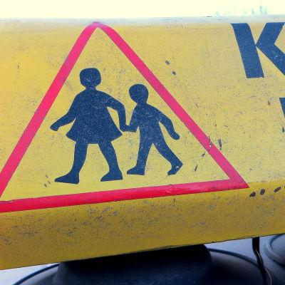 keltainen koulukyyti-kyltti