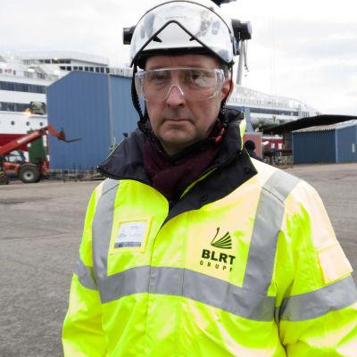 VD Johan Backas står på kajen vid Åbo reparationsvarv.