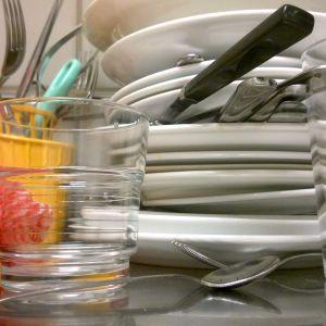 En hög med disk på diskbordet.