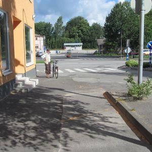 Cykelvägen längs med Flemingsgatan tar abrubt slut när man närmar sig järnvägsstationen.