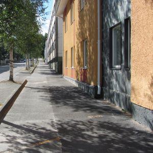 Längs med Flemingsgatan i Ekenäs finns det en väg för cyklar och fotgängare.