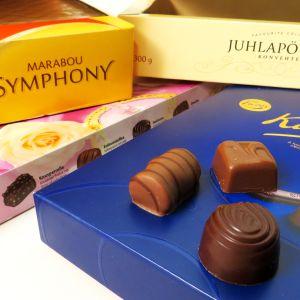 neljä suklaakonvehtirasiaa