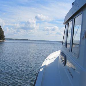 ruffad motorbåt på havet förbi holme
