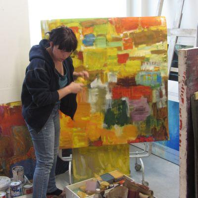 Maikku Huovila i sitt nya rum på Konstfabriken.