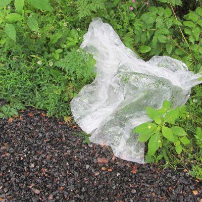 Engångsregnrockar låg i diket invid Kokonvägen efter Osla Live 2012.