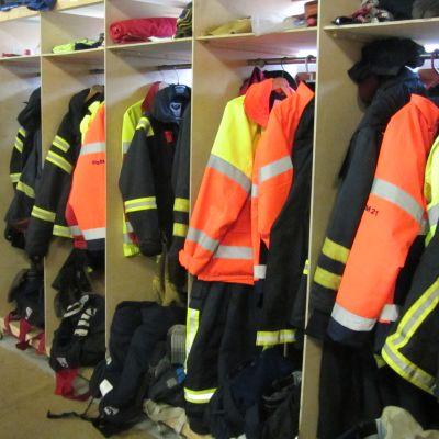 Brandkårskläder, fotat i Lappvik fbks station.