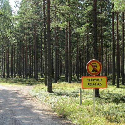 Sandvägen som delar områdena i Sandö.