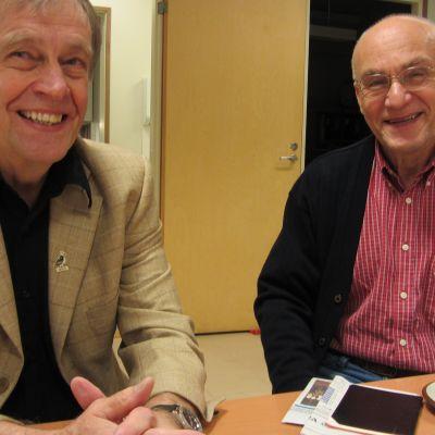 Karl-Gustav Pihlström är tidigare rektor för Ekenäs högstadieskola. Kaj Lindholm är tidigare stadsdirektör i Karis.