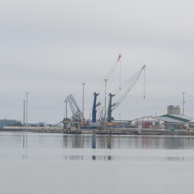 Lyftkranar i Vasa hamn.