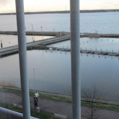 Utsikt över strandpromenaden och infjärden från Vasa fängelse.