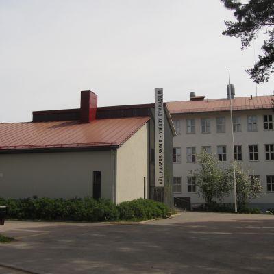 Källhagens skola och Virkby gymnasium i Lojo.