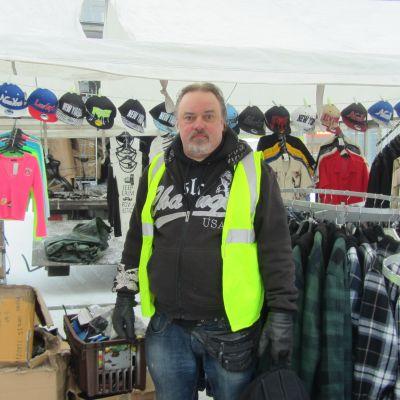 Jari Sundell säljer på Vasa Wintermarknad